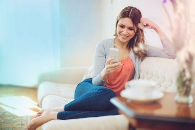 Bequem von der Couch aus die Therme durch HomeCom steuern