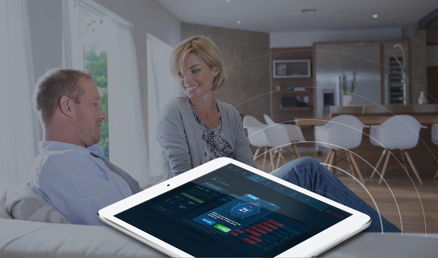 HomeCom auf Tablet im Wohnzimmer
